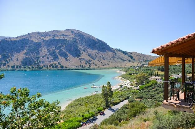 Il pittoresco lago kournas a creta (grecia)