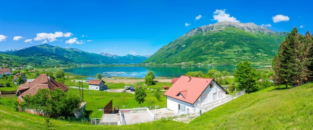 Il pittoresco lago plav tra le montagne innevate del montenegro.