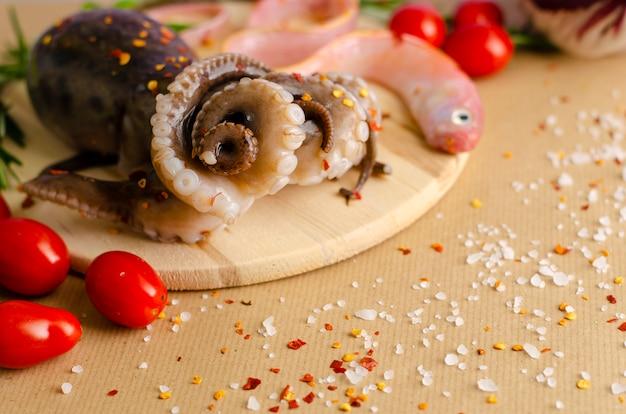 Il polpo crudo fresco è pronto per essere cucinato per cena o pranzo