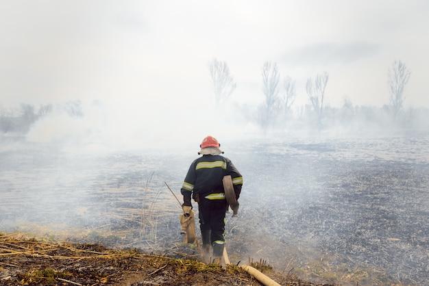 Il pompiere va a spegnere un fuoco naturale