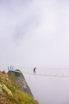 Il ponte di corda sulla cima della montagna di rosa khutor, russia