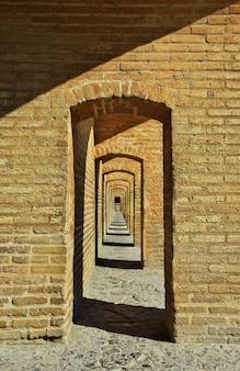 Il ponte sul fiume secco a isfahan, in iran