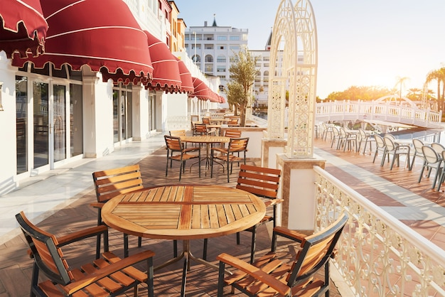 Il popolare resort amara dolce vita luxury hotel. con piscine e parchi acquatici e area ricreativa lungo la costa del mare in turchia al tramonto. tekirova-kemer.