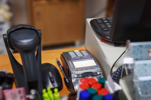 Il posto della cassiera nel negozio, registratore di cassa