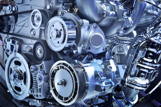 Il potente motore di un'auto, tonalità di colore blu