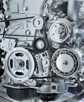 Il potente motore di un'auto