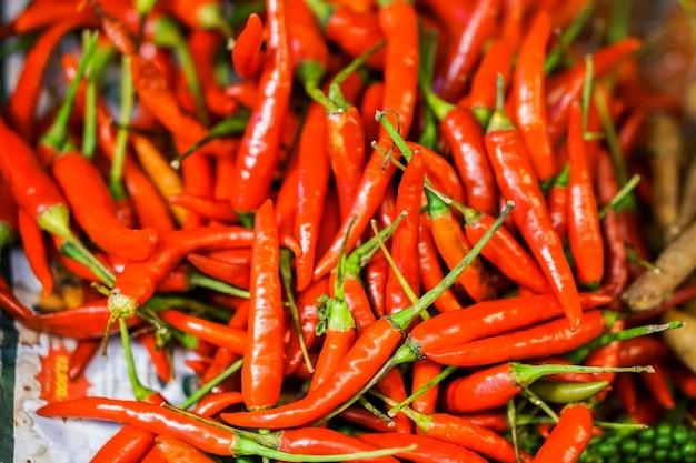 Il primo piano che molti peperoni rossi cucinano o peperoncini piccanti è verdure piccanti.