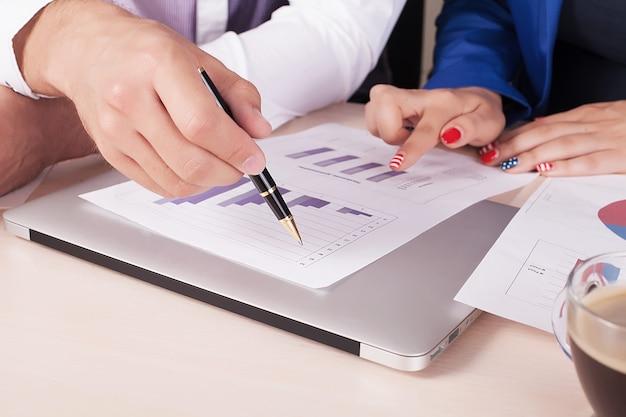 Il primo piano dei soci commerciali consegna i documenti che li discutono