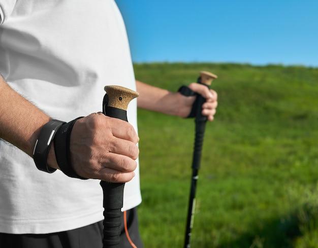 Il primo piano dell'uomo che tiene l'inseguimento attacca sul fondo dell'erba verde.
