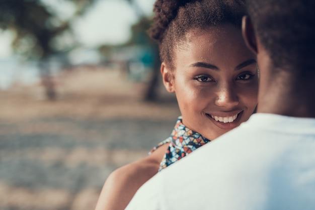 Il primo piano dell'uomo e della donna sta abbracciando. sunny daytime.