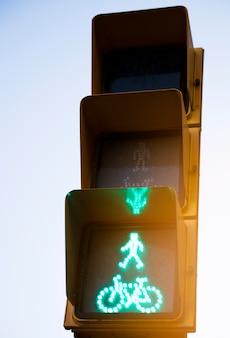 Il primo piano dell'uomo verde va pedonale e cicla il segno del semaforo