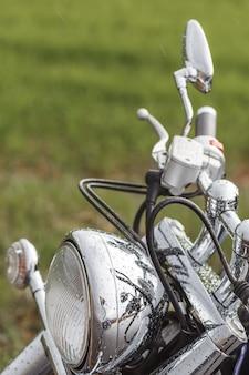Il primo piano della ruota del motociclo