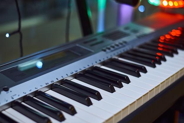Il primo piano della tastiera del piano. strumento musicale