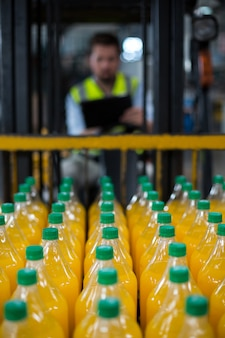 Il primo piano delle bottiglie del succo ha sistemato nelle file