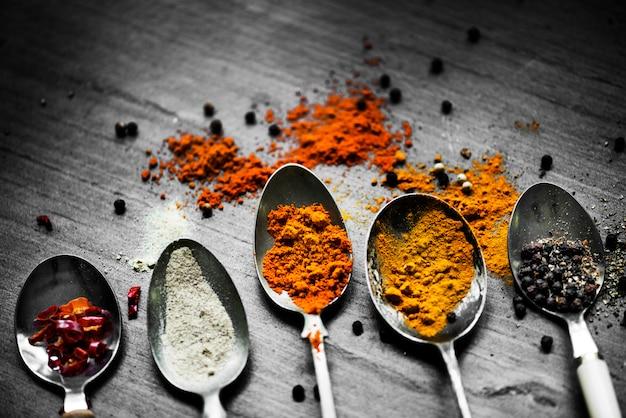 Il primo piano delle spezie asiatiche spolverizza gli ingredienti di cottura