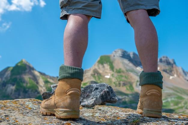 Il primo piano delle viandanti di un uomo paga in montagna