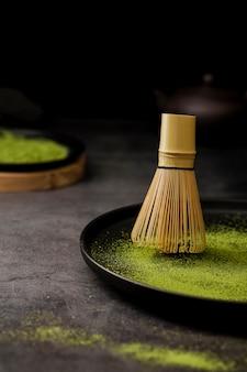 Il primo piano di bambù sbatte sul piatto con lo spazio della copia