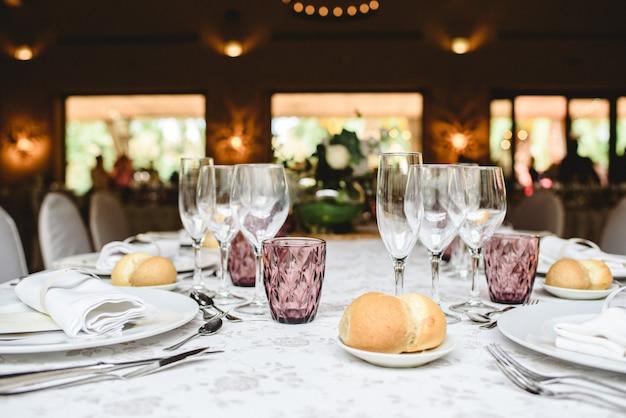 Il primo piatto servito al tavolo durante un matrimonio.
