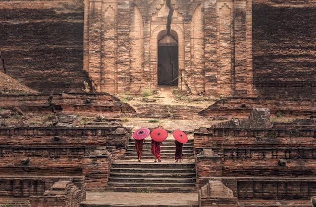 Il principiante buddista sta camminando in tempio, myanmar