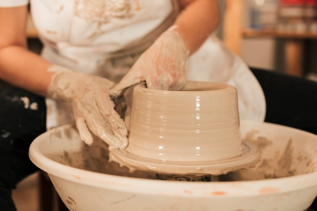 Il processo di formare vasi con argilla