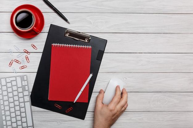 Il processo di lavoro rosso del mouse della tastiera delle graffette della tazza dell'orologio della tazza di caffè della cartella dello scrittorio della lavagna bianca del bordo al computer