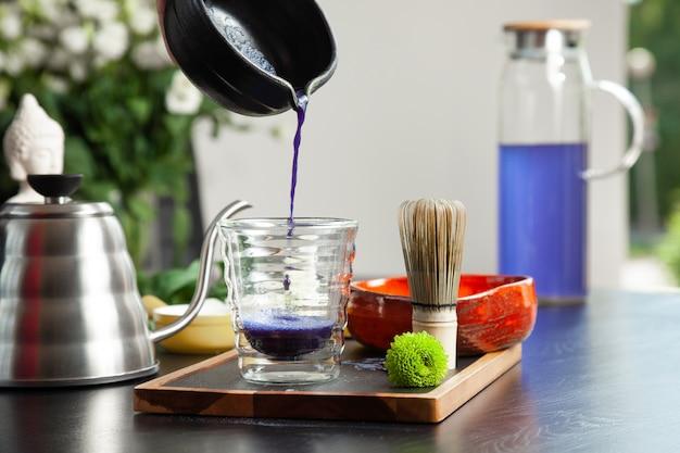 Il processo di preparazione del tè blu matcha