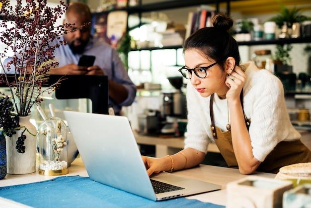 Il proprietario dell'azienda sta usando il laptop