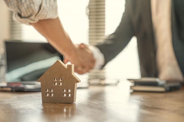 Il proprietario e il costruttore sono d'accordo e si stringono la mano per celebrare con successo il completamento del progetto di costruzione di case a contratto