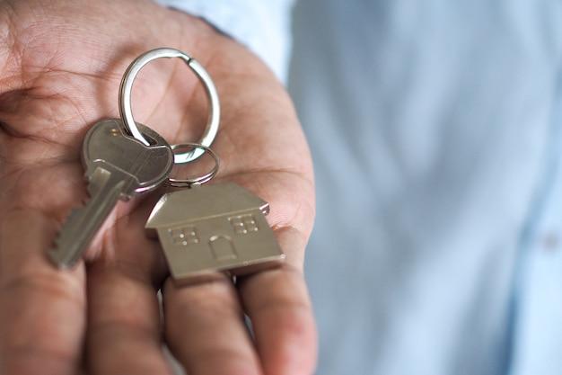 Il proprietario sblocca la chiave di casa per la nuova casa