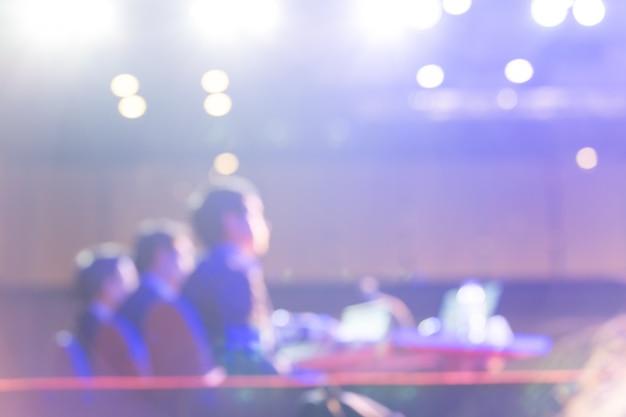 Il pubblico ascolta i relatori sul palco nella sala delle conferenze o nella riunione dei seminari, nel concetto di economia e istruzione
