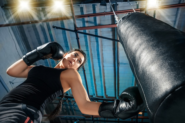 Il pugile femminile allenamento in palestra