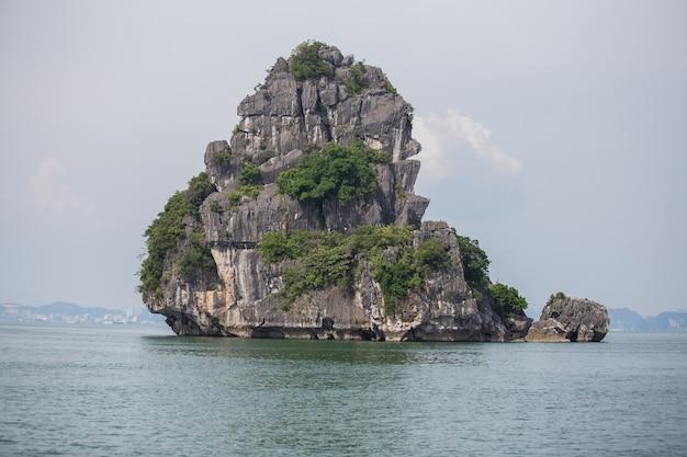 Il punto di riferimento della montagna nella baia di halong, vietnam