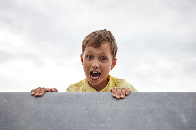 Il ragazzino apre la bocca e urla di paura