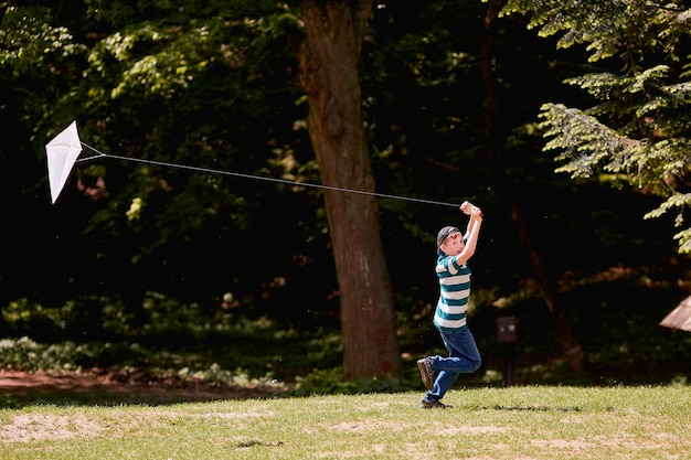Il ragazzino che cammina e gioca con l'aquilone