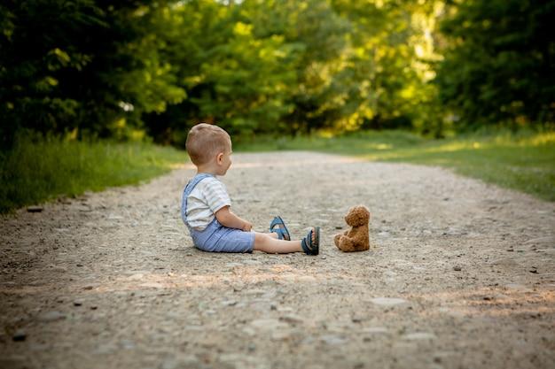 Il ragazzino che gioca con l'orsacchiotto riguarda il sentiero per pedoni