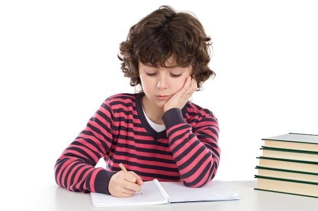 Il ragazzo adorabile si è stancato con molti libri su una priorità bassa eccessiva bianca
