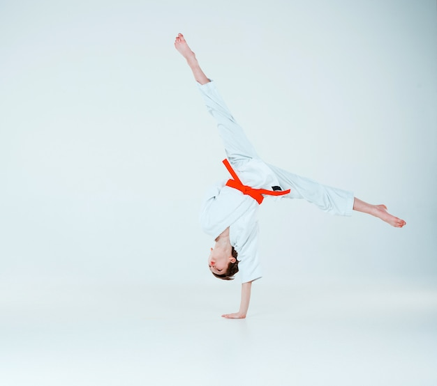 Il ragazzo che propone all'addestramento di aikido nella scuola di arti marziali. stile di vita sano e concetto di sport