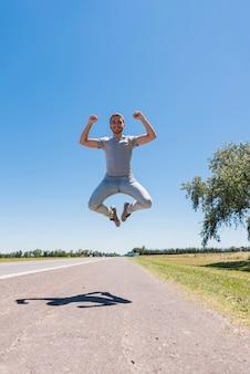 Il ragazzo che salta sulla strada
