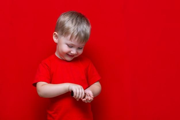 Il ragazzo del bambino versa le pillole dalla latta nella mano