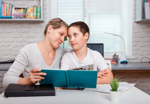 Il ragazzo della scuola sta studiando in linea. istruzione domiciliare, istruzione online e apprendimento a distanza. quarantena e concetto di allontanamento sociale.