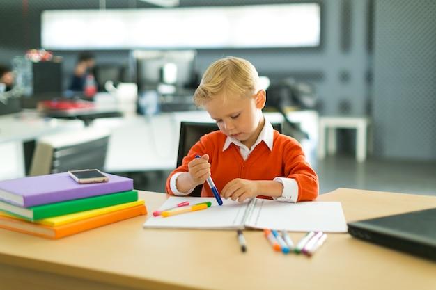 Il ragazzo disegna in ufficio
