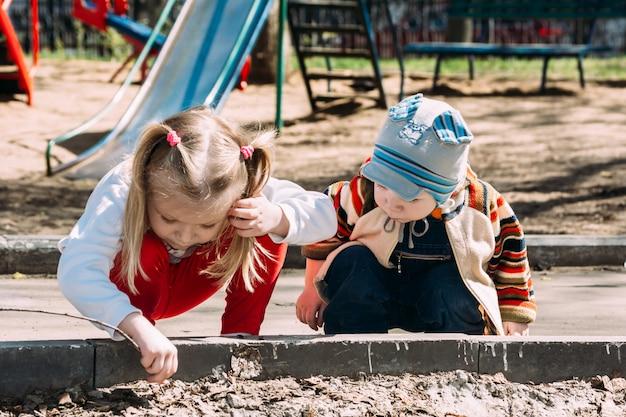 Il ragazzo e la ragazza a terra sono considerati un insetto