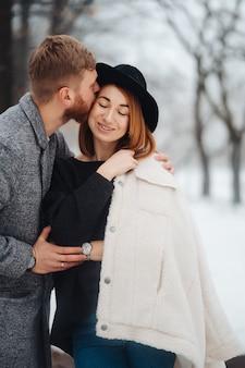 Il ragazzo e la ragazza riposano nella foresta invernale.