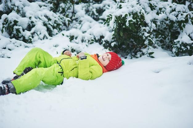 Il ragazzo nella neve nel parco