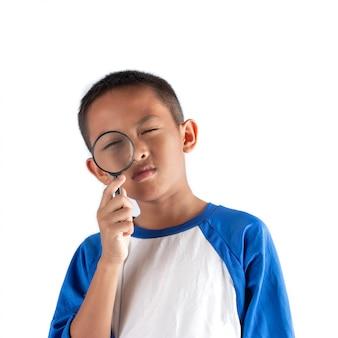 Il ragazzo scopre qualcosa attraverso una lente d'ingrandimento, business explore, searching, discovery e vision.