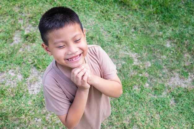 Il ragazzo sorrise felicemente felice