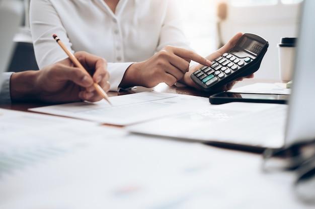 Il ragioniere femminile o il banchiere usano il calcolatore
