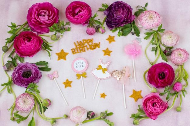 Il ranuncolo e gli adesivi di buon compleanno per la festa