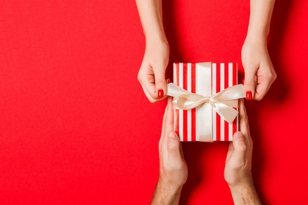 Il regalo del biglietto di s. valentino dà nella decorazione di festa, copyspace