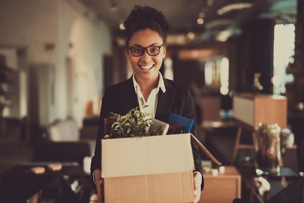 Il responsabile femminile sta ponendo le cose fuori sul posto di lavoro